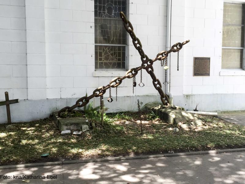 Kreuz aus Ketten als Sklavendenkmal vor Kirche in New Orleans