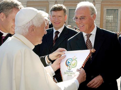 Franz Beckenbauer trifft den Papst.