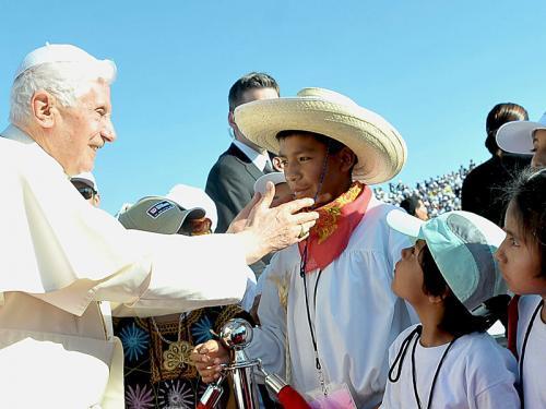 Papst Bendikt begrüßt Kinder