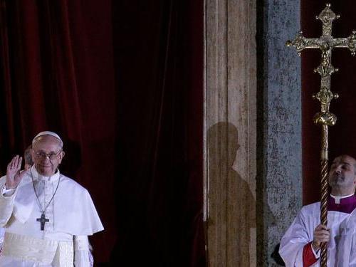Papst Franziskus I. zeigt sich erstmals auf dem Balkon von St. Peter Foto: kna-bild